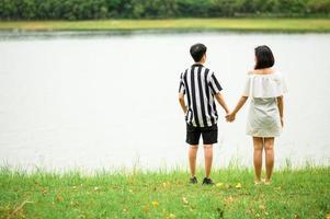 mujeres asiáticas lgbt tomados de la mano foto