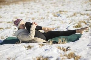 Una joven atlética realiza ejercicios de yoga y meditación al aire libre foto