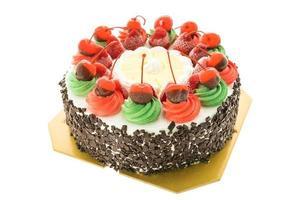 pastel helado con tema navideño y cereza en la parte superior