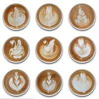 Colección de tazas de café latte art sobre fondo blanco. foto