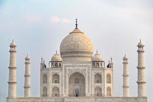 Vista frontal del Taj Mahal en Agra, Uttar Pradesh, India foto