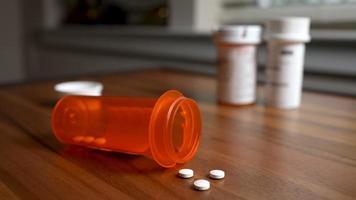 prescrições na mesa de cabeceira no quarto, conceito de medicação para saúde mental video