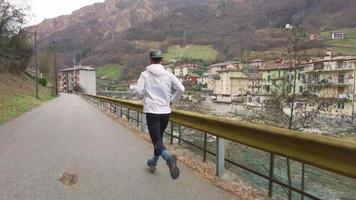 um homem durante o treinamento para uma pequena corrida de rua video