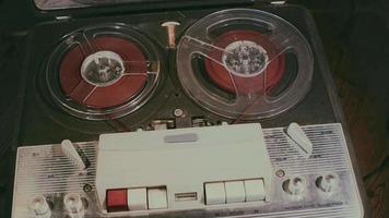 gravador antigo. fita magnética vintage durante a reprodução e gravação.