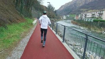 um atleta correndo em um caminho vermelho