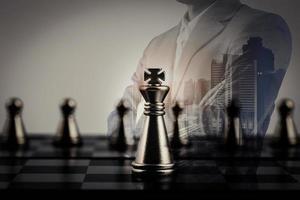 empresario con tablero de ajedrez foto