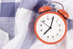 reloj despertador en tela a cuadros foto