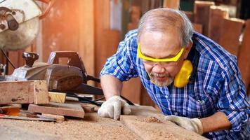carpintero aserrado de madera foto