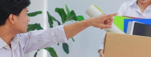 Gerente pidiendo al empleado despedido que se vaya foto