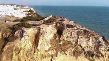 vista panorâmica da praia paradisíaca, falésias e descida no carvoeiro - foto aérea panorâmica revelada video