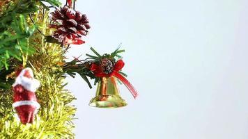 Tannenzapfen und Glockendekoration auf Weihnachtsbaum