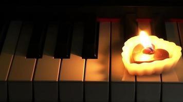 vela em forma de coração nas teclas de piano