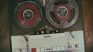gravador de fita antigo, fita magnética vintage durante a reprodução e gravação