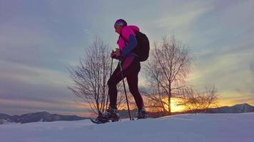 jovem desportista descendo uma ladeira na neve video