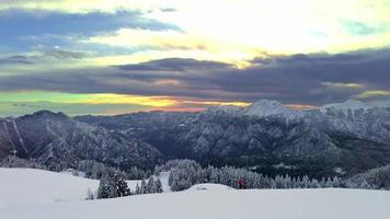 paisagem alpina de inverno com um alpinista esquiador à distância video