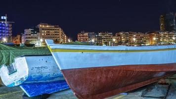 barcos de pesca en la playa de las canteras foto