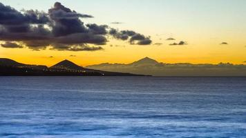 puesta de sol entre dos montañas foto