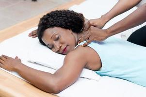 hermosa mujer disfrutando de un masaje de belleza foto