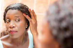 mujer joven mirando en el espejo foto