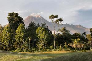 exhibición de la gran montaña a la luz del día foto