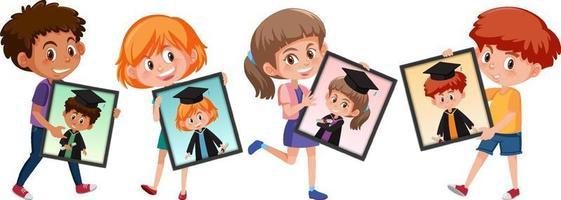 muchos niños sosteniendo sus fotos de graduación de retrato vector