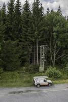 Jesenik, República Checa 2017- Vista de mercedec pickup reparación de coche de emergencia transformador de potencia dañado después de la tormenta de viento