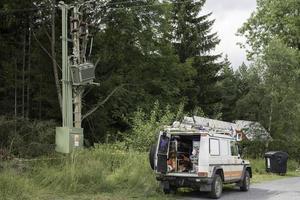 Jesenik, República Checa 2017- Vista de los coches de emergencia pickup mercedec arreglando el transformador de potencia dañado después de la tormenta de viento