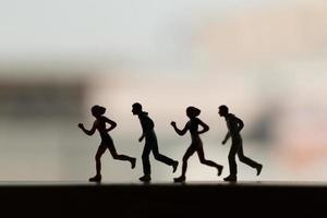 silueta de personas en miniatura corriendo, concepto de salud y estilo de vida foto