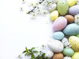 coloridos huevos de pascua con flores de primavera foto