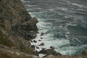 paisaje marino con olas rompiendo en las rocas foto