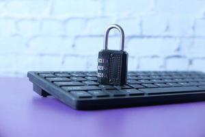 candado en un teclado negro
