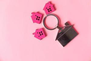 llaves de la casa sobre fondo rosa foto