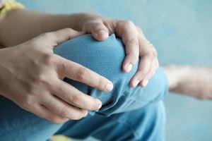 Cerrar sobre las mujeres que sufren dolor en las articulaciones de la rodilla foto