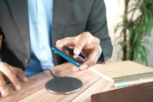 cargar un teléfono inteligente con plataforma de carga inalámbrica foto