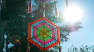 Tecelagem de teia de aranha decorativa pendurada com o sol ao fundo