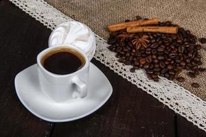 café negro con granos y canela