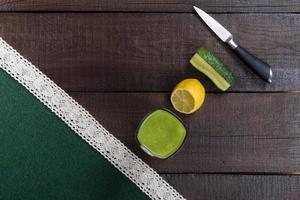 Batido de pepino en mesa marrón foto