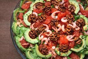 ensalada de aguacate en el plato