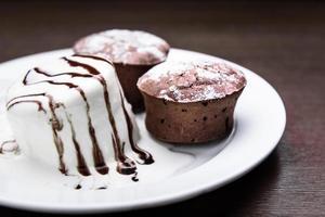 muffins de chocolate con helado foto
