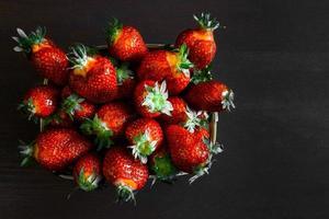 fresas en una mesa de madera foto