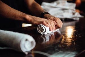 las herramientas de un peluquero en el escritorio foto