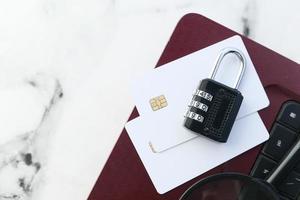 candado y tarjetas de crédito en la computadora portátil