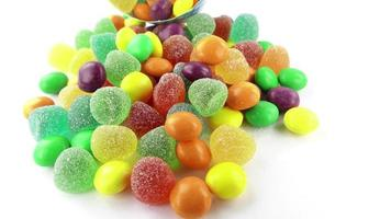 close up de doces coloridos na mesa branca video