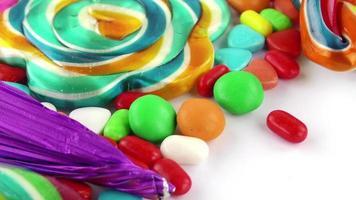 balas doces coloridas em uma mesa branca