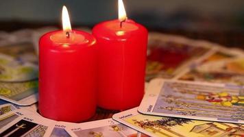 velas e cartas de tarô
