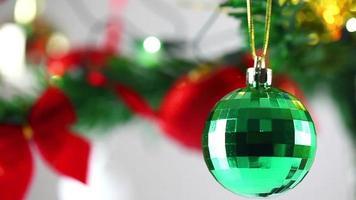eine Discokugel-Weihnachtsdekoration auf Baum