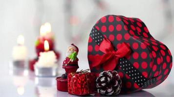 presente em formato de coração com decorações de natal