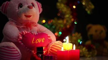 ursinho de pelúcia e velas para o dia dos namorados