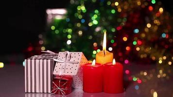 Weihnachtsgeschenke und Weihnachtskerzen video