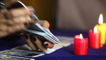 femme mélange le jeu de cartes de tarot video